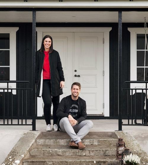 Andrea och Björn på trappan till sitt hus på Öland.