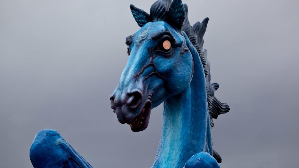 Statyn är döpt till Blue Mustang och har röda, glödande ögon.