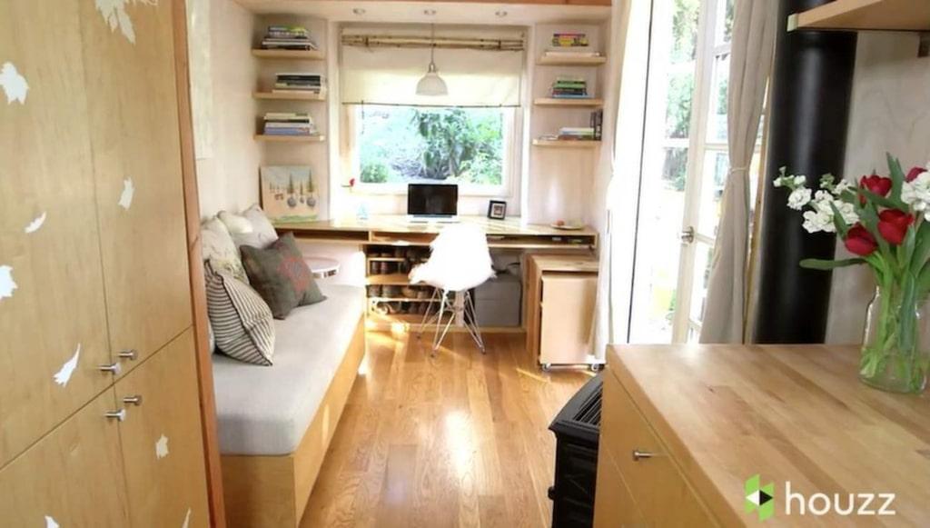 Soffa och skrivbord. En hurts från skrivbordet kan dras till soffan och göras om för att fungera som mat- och soffbord.