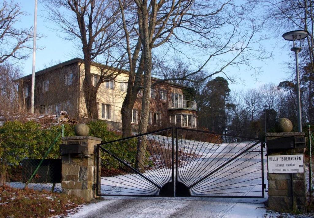 Huset kan vara fullt av gift. Att sanera ett hus från asbest kan ta lång tid – och länge lär det dröja innan Sofias och Carl philips Villa Solbacken är färdigt med den omfattande renoveringen.
