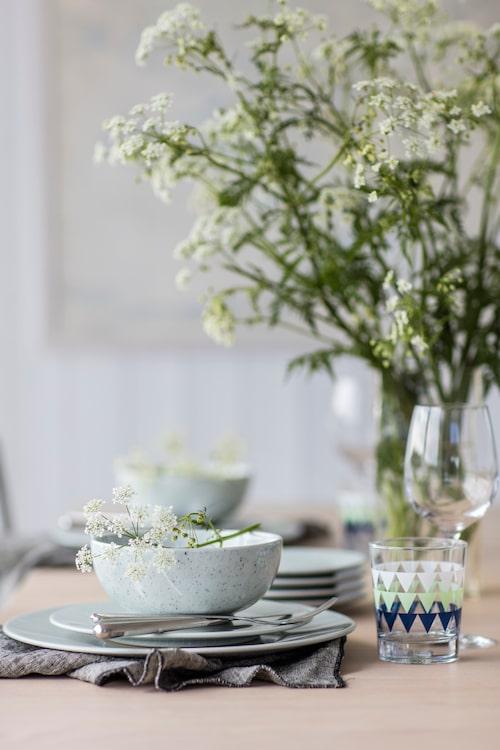 Vinglas, Cervera. Selterglas med mönster, Ikea. Servett, Granit. Skål, assiett och tallrik, Mimou. Bestick, Iittala.