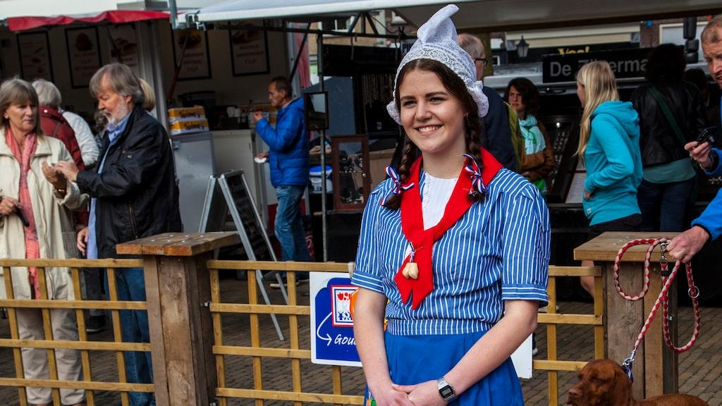 Alla deltagare på Goudas ostmarknad klär sig traditionellt.