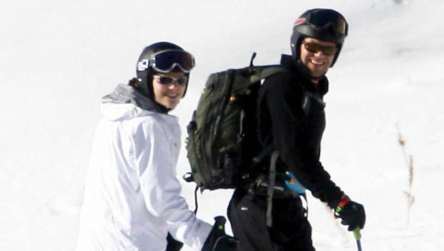 PÅ ALPSEMESTER. Victoria, här på skidresa med blivande prins Daniel i Italien 2006, skadade sig i foten i går. Kronprinsessan kunde dock senare återvända till familjen.