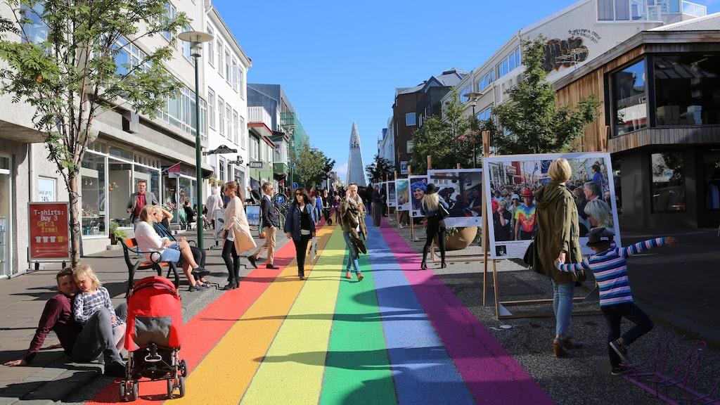 Färgerna går igen genom staden.