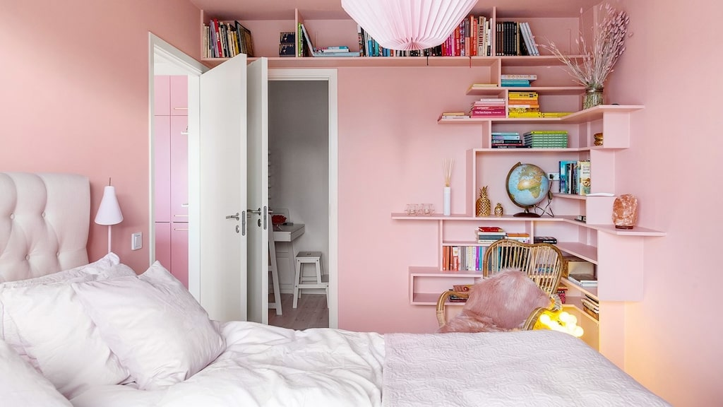Mycket i Jessica Frejs lägenhet går i rosa.