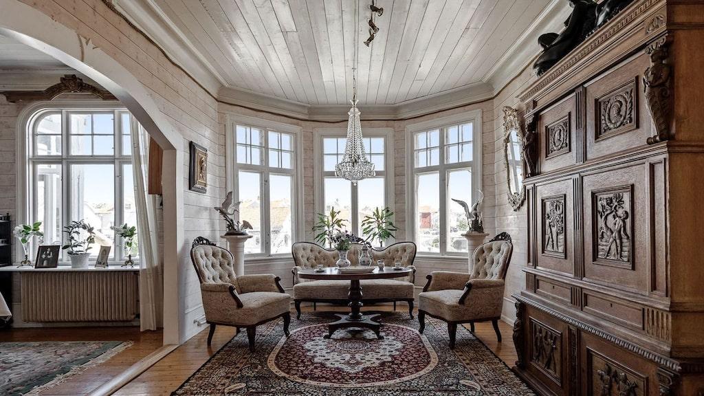 Salongens burspråk är en del av tornet och släpper in massor av ljus genom de livfulla munblåsta fönsterglasen.