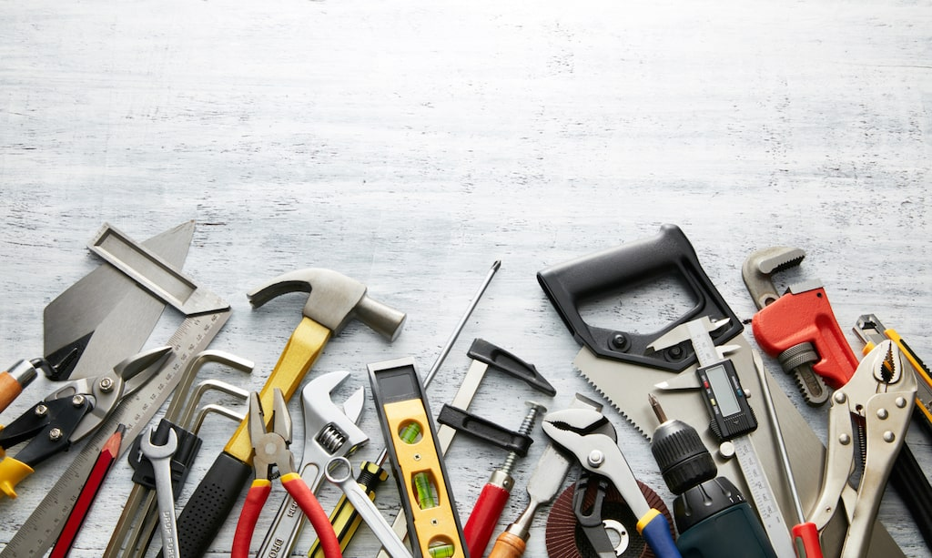 Hyr verktyg, köp begagnat eller låna av någon du känner. Det kan bli stora kostnader om du måste köpa allting nytt.