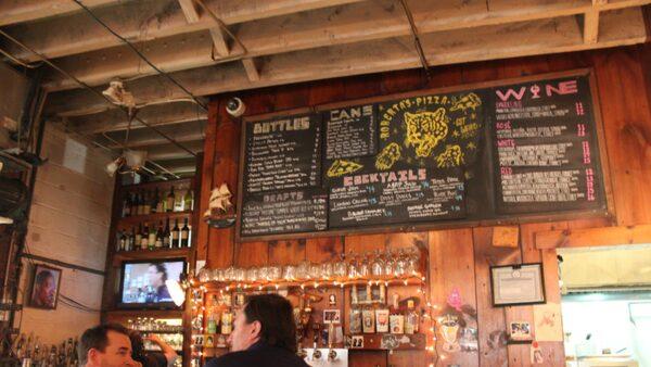 Här kan man ta en drink i baren då det på kvällar och helger ofta är lång väntetid.