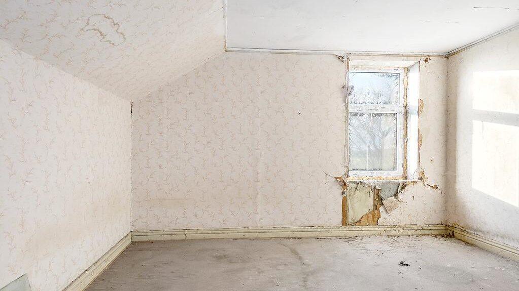 När man ser sig omkring hittar man hål i golv och tak, bortrivna tapeter och bråte.