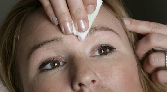 8. Badda. När du är klar kan du badda huden runtomkring ögonbrynet med lite ansiktsvatten.