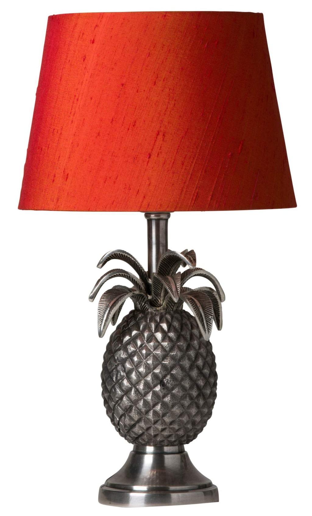 Ananas. Bordslampa Honolulu, med skärm i orange, 2 069 kronor, Watt & Veke.
