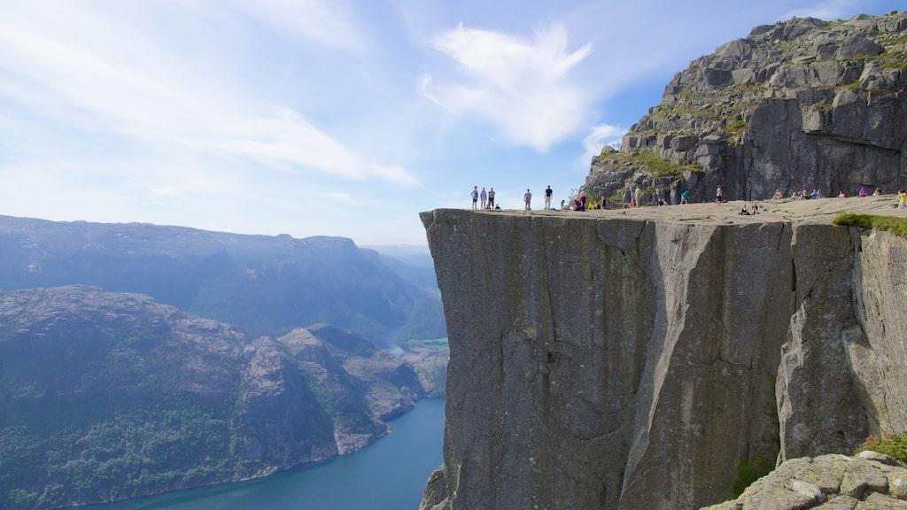 Varje år vallfärdar runt 200 000 turister till Preikestolen i Norge.