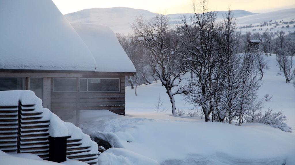 Till sist vågar också jag mig ner i isvaken, och värmer mig sedan i varmkarsbadet. Det är tjugo minusgrader och snöar lätt. Jag tittar ut över sjön och det är bara norrskenet som fattas.