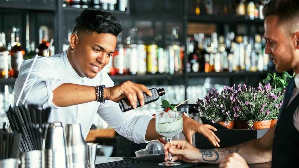 Allt om Vin tipsar om hur du får bartenderns uppmärksamhet.