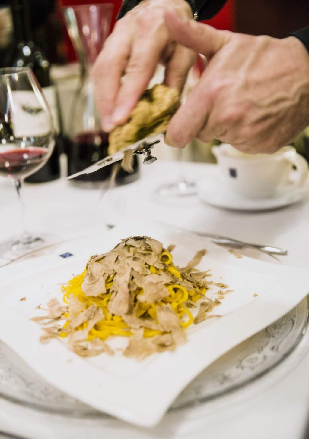 Tryffel. Hovmästaren hyvlar tryffel på pastan på San Tommaso 10.