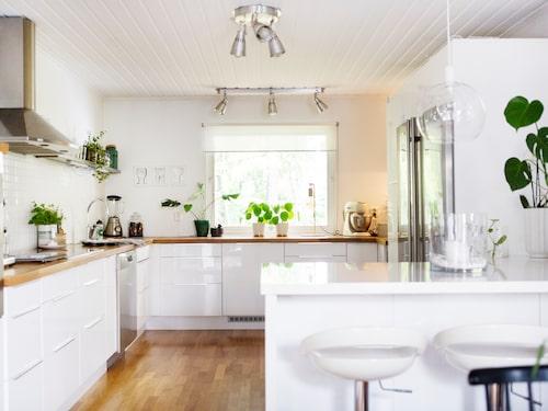Även i köket har Erika många gröna växter, en fin kontrast mot de vita väggarna. Köksinredningen i villan kommer från Ikea. Köksdelen är helt ombyggd.