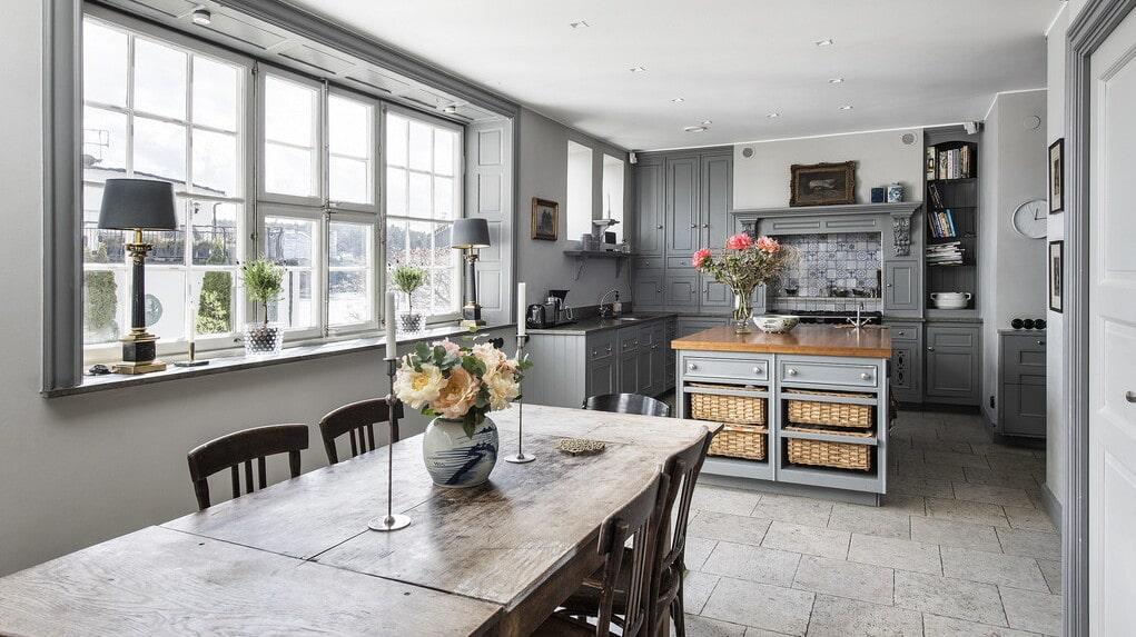 Den lantliga köksinredningen med handmålat franskt kakel fanns när familjen flyttade in.