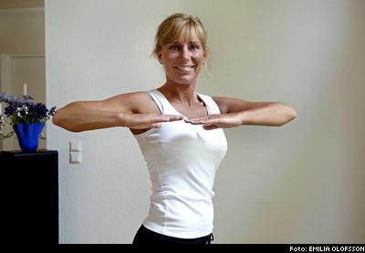 Stående rotation 1. Stå med fötterna höftbrett isär. Håll armbågar och händer i axelhöjd.