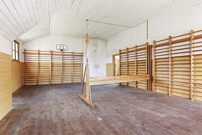 I gymnastiksalen är ribbstolar och basketbollkorgen kvar.