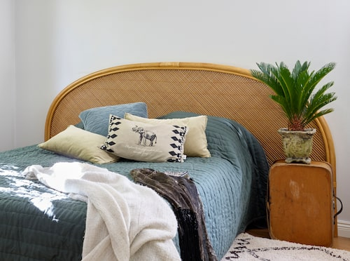 Vem har sagt att en gavel måste stå centrerat bakom sängen? Här ramar gaveln in både säng och nattduksbord.