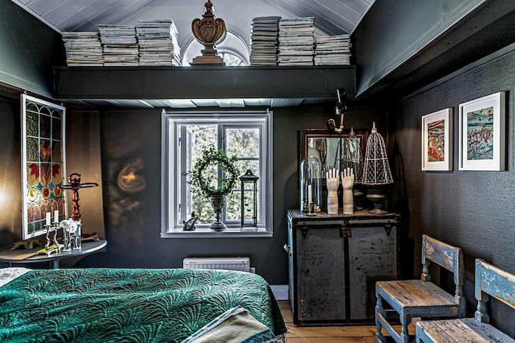 Ett av husets sovrum. Flera rum går i mörka färger.