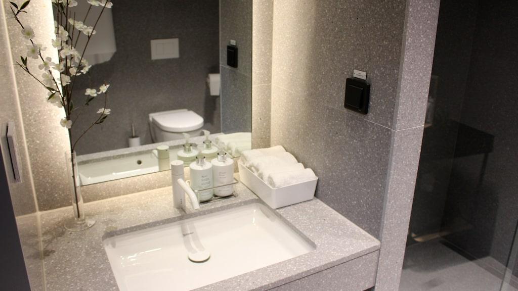 ...badrum med dusch och produkter från Kerstin Florian...