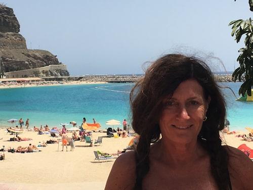 Mari Jungstedt på klassiska Playa de Amadores.
