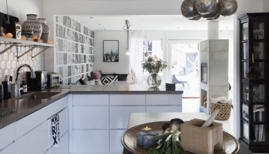 Köket består av en öppen L-form och en köksö med plats för förvaring och extra yta.