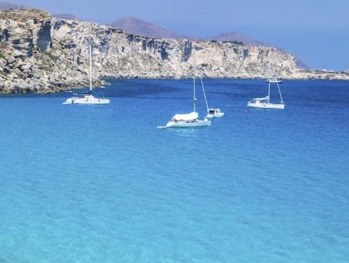 Favignana bildar tillsammans med öarna Marettimo och Levanzo de Egadiska öarna.