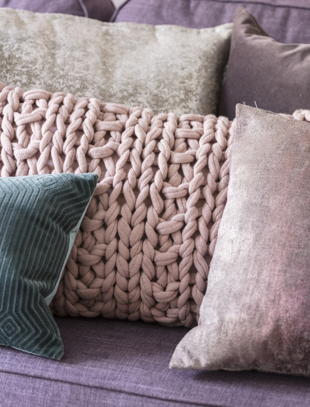 <p>Våga välj en färgstark soffa! Varför inte en lila? Stickad kudde, 499 kronor, Howardsoffa Oxford, 11 995 kronor, båda från Mio.<br></p>