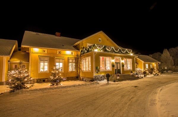 På Toftaholms herrgård får du uppleva en klassisk nyårsmiddag i ombonad miljö.