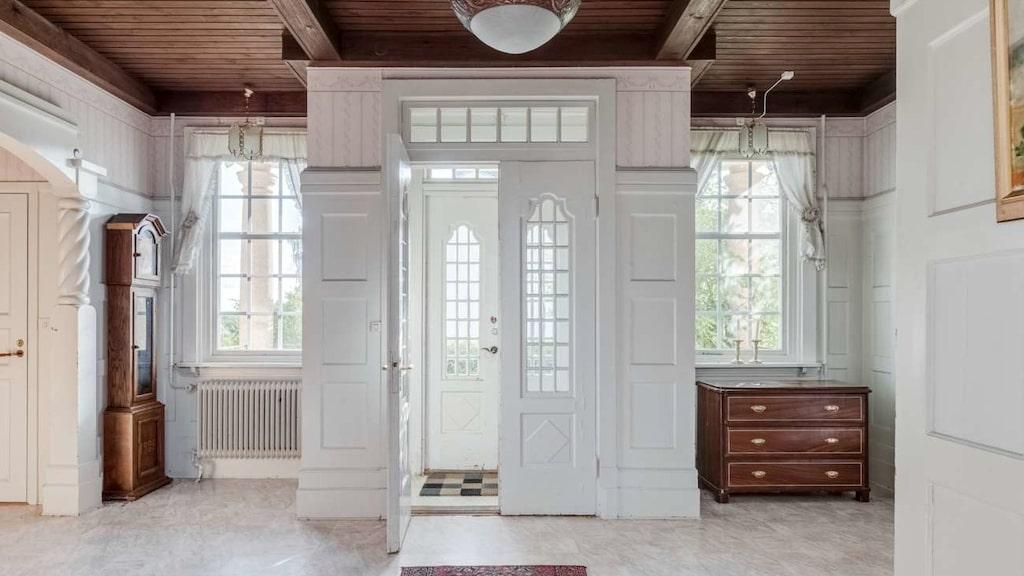 Huset har många tidstypiska detaljer så som de vackra glasdörrarna vid entrén.