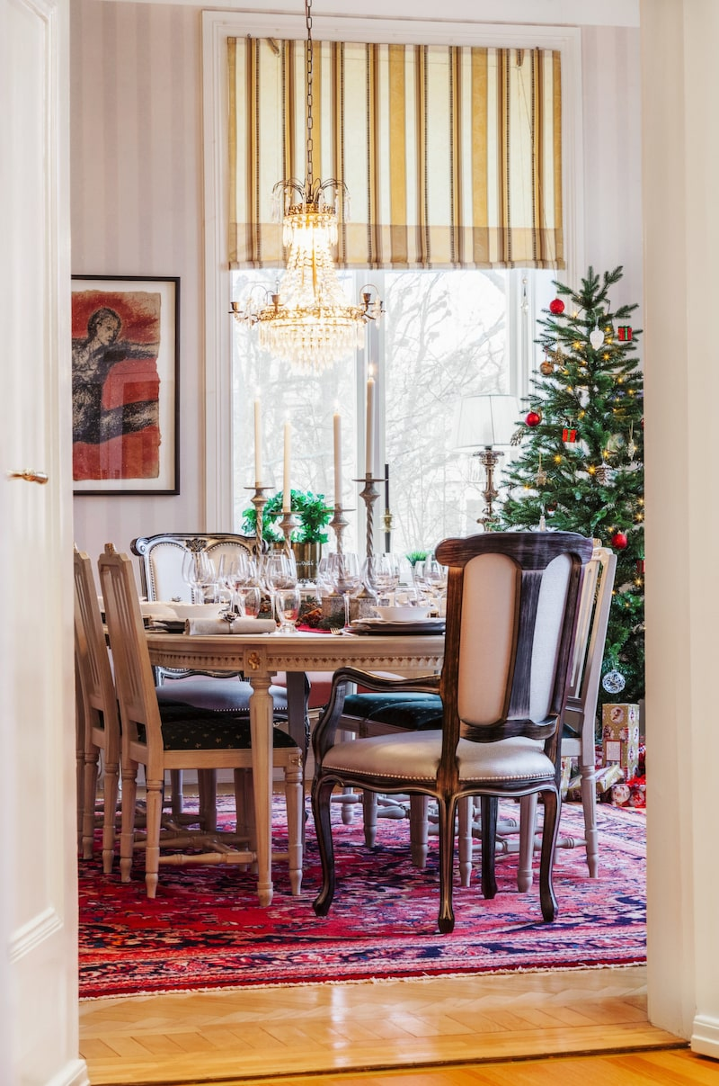 Gustavianskt. Gustaviansk matsalsgrupp från GR-möbler i Tibro. Stolarna på kortsidorna är köpta på Lauritz.com.