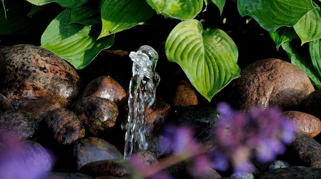 På framsidan finns en liten fontän bland stenarna som ger ett skönt, porlande ljud.