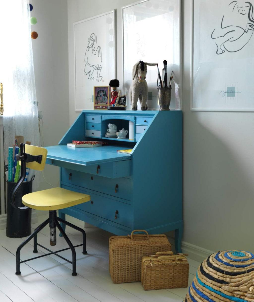 <p>Skrivplats i gult och blått. Sekretären är ett arvegods som målats om. Stol från en auktion utanför Lin- köping, korgväskor från Italien.</p>