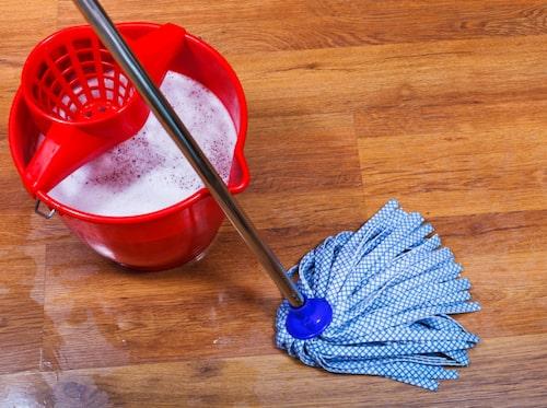 Ättika och diskmedel till golvet.
