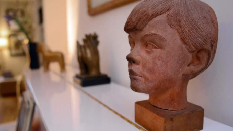 Astri Taubes skulptur av en ung Sven-Bertils huvud.