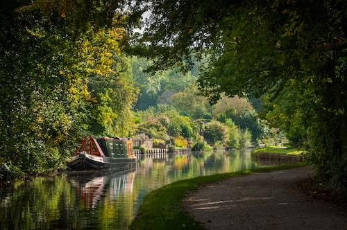 Smala kanaler och smala båtar i England.