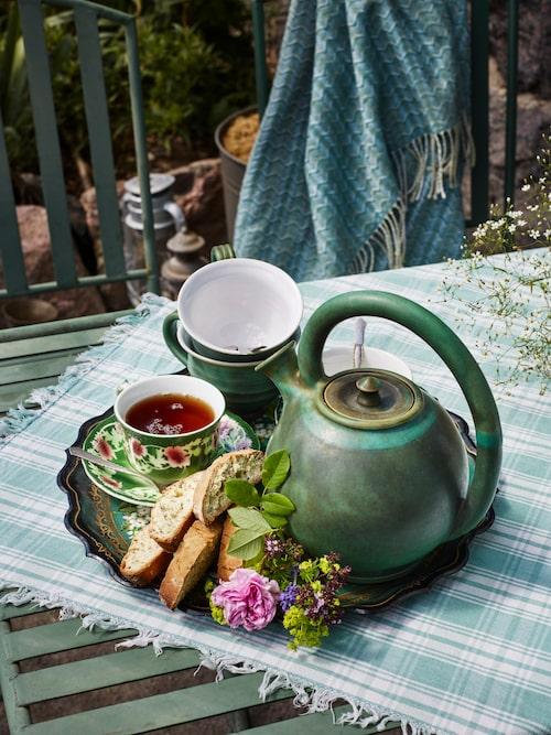 På brickan från S:t Petersburg serveras te i ärvda koppar. Rosenkoppen heter Blush Damask och har följt Freddies familj i flera generationer.