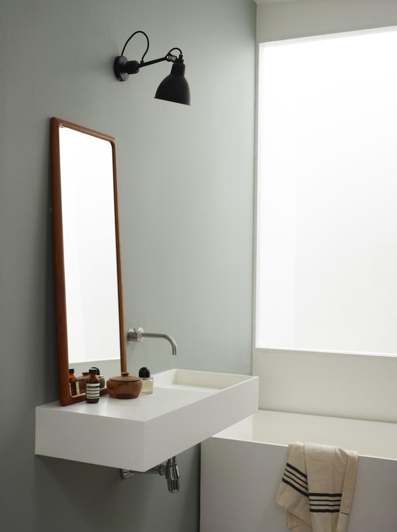 Den nya våtrumsfärgen Lady Aqua från Jotun är fuktbeständig och gör det lätt att ändra stil i badrummet. Att måla i badrum kräver ett speciellt underarbete och färgen ska sedan härda i 10 dagar. Läs mer på jotun.se.