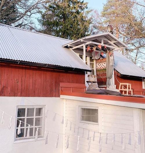 Loftet i yogahuset som familjen hyr mellan oktober och maj för att få lite mer utrymme att röra sig på under de kalla månaderna.