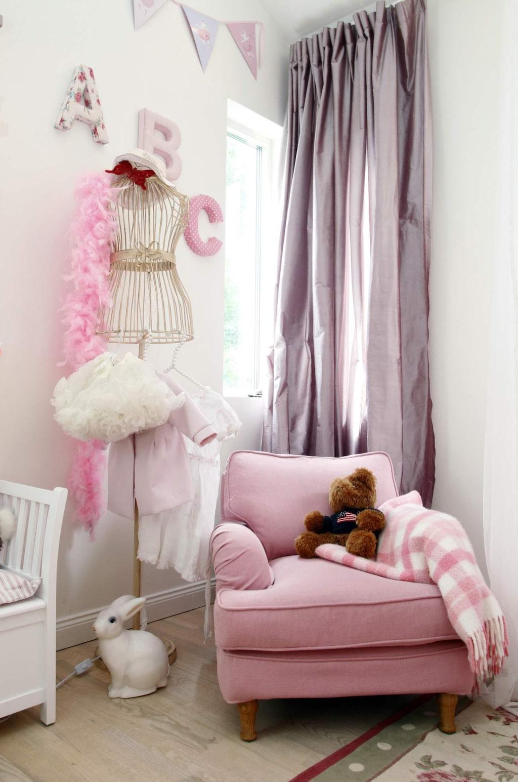 <p>Konstnären Carolina Gynnings barnrum är ett riktig drömrum i rosa och spets. Fåtöljen kommer från Länna möbler, klädhängaren är en present från Carolinas pappa som jobbar med kläder.</p>