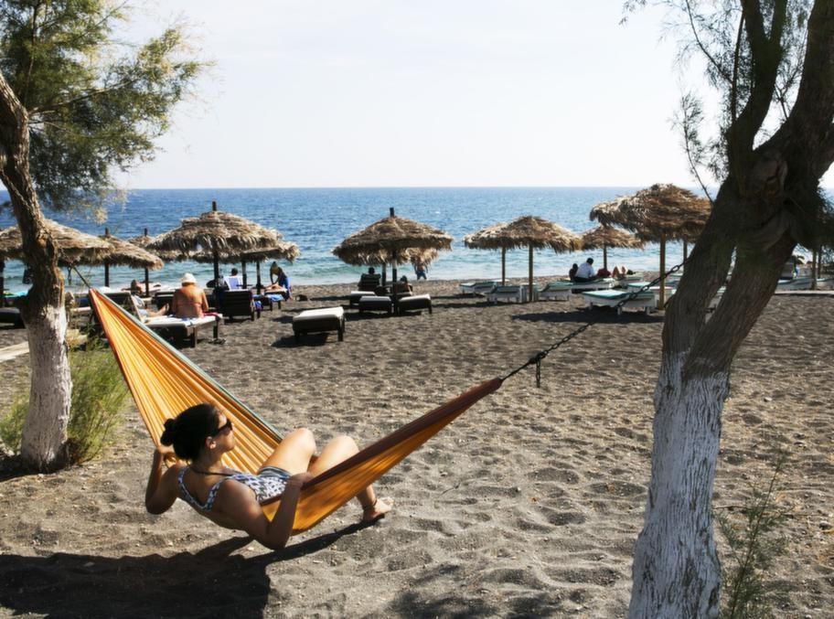 Lata dagar i Perissa, en av Santorinis mest omtyckta badorter med skönt semesterliv.