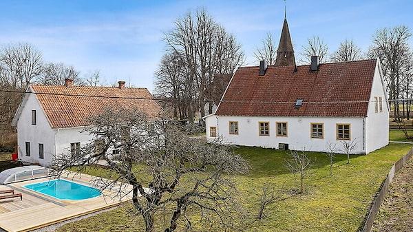 Prästgård med pool på Gotland.