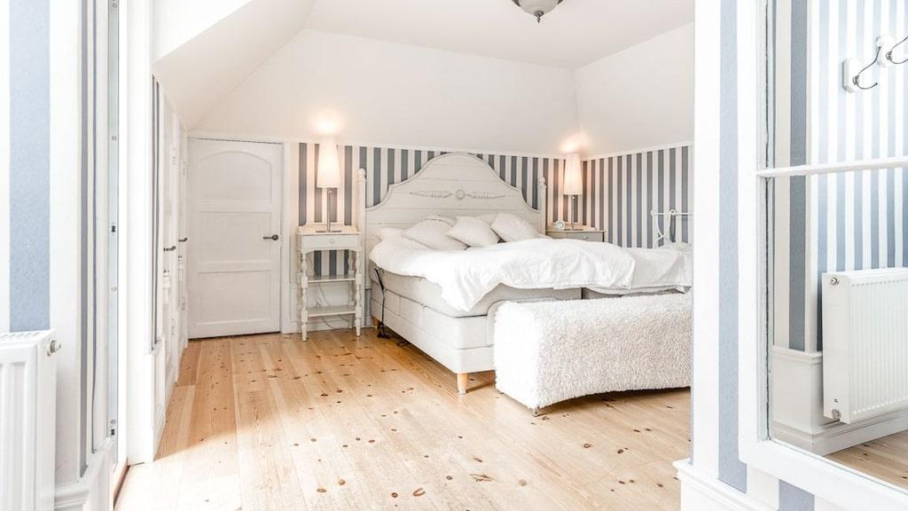 Ett av de fem sovrummen.