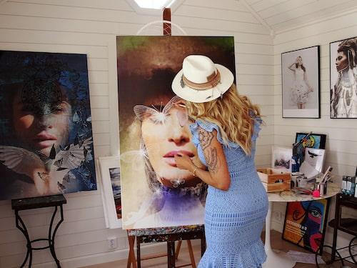 I huset på Ekerö får Carolina Gynning ro att måla.