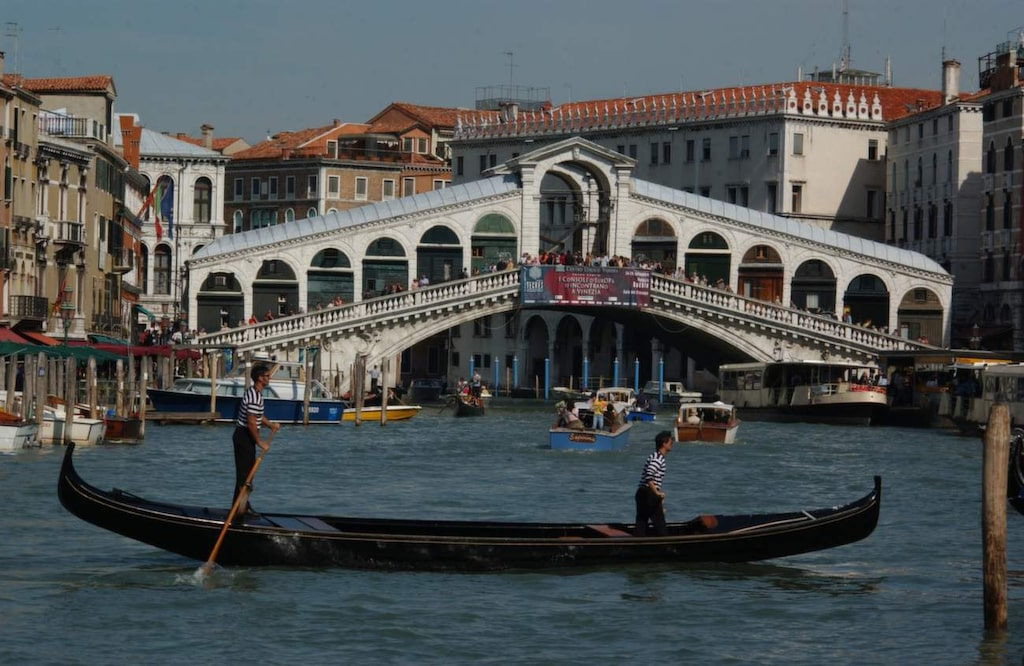 <p>Venedig. En kanaltur med en gondol kan kännas som ett måste när du är i Venedig – men det kan vara ruskigt dyrt och det finns billigare kanalbåtar!</p>