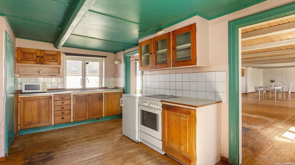 I köket finns ett skafferi med lucka till matkällare och fönster åt både söder och innergården.
