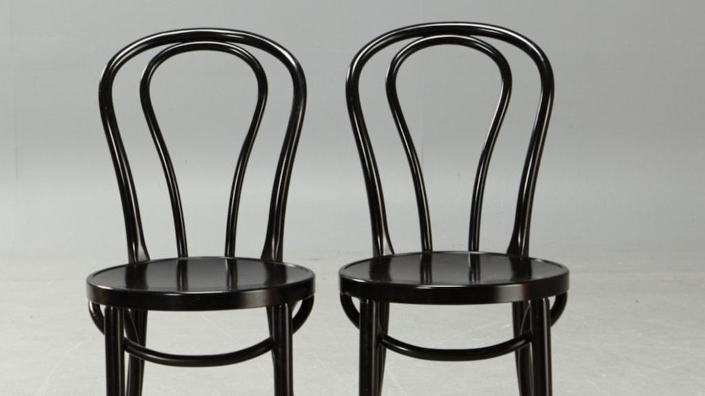 Ett par kaféstolar i formpressad plast av Thonet-modell. De här är tillverkade på 1970-talet. Modellen är från tiden innan vi hade elektricitet. Pris: 1 643 kronor.