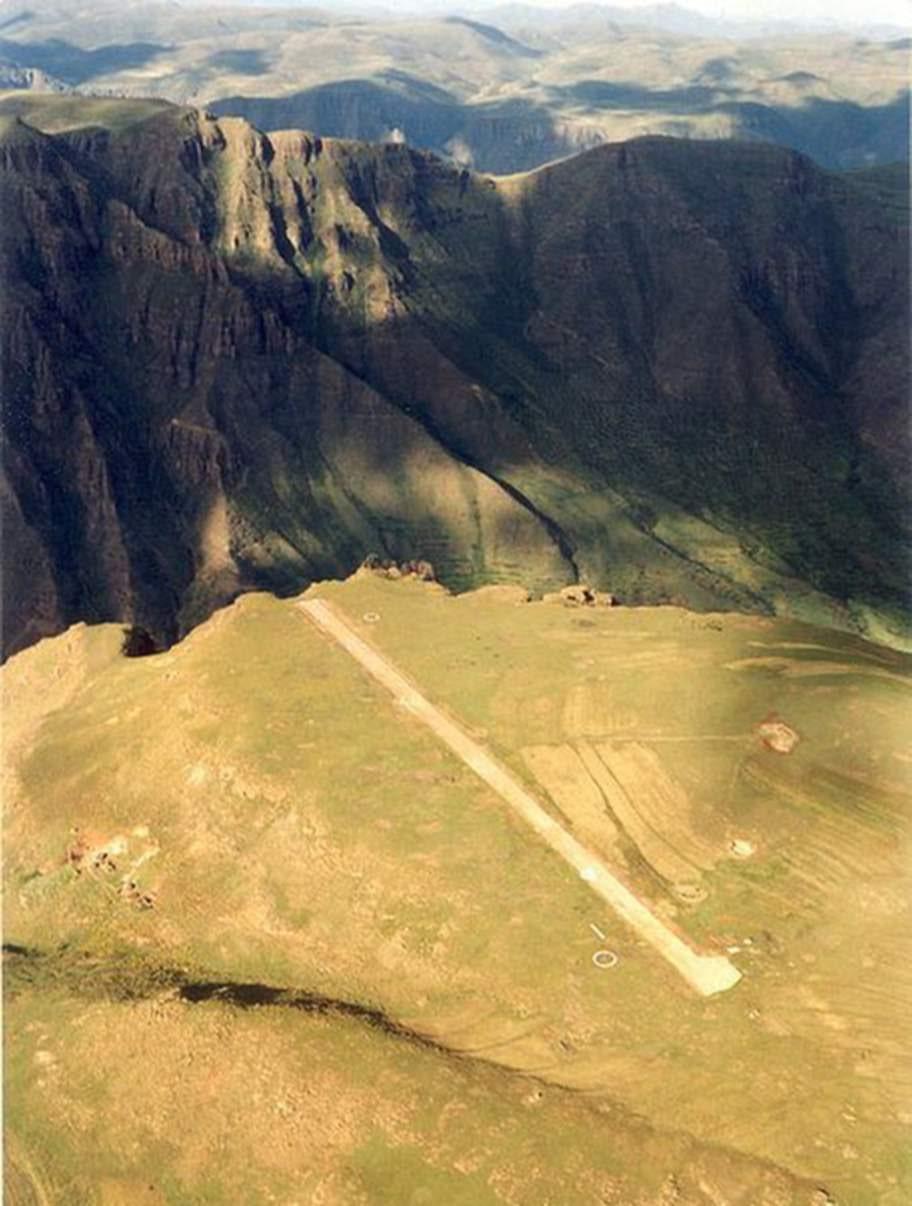 Matekane, Lesotho. Kungadömet Lesotho i Afrika rymmer en av världens absolut otäckaste landningsbanor.